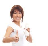 Молодая sporty женщина выпивая от бутылки изолированной на белизне Стоковое Фото