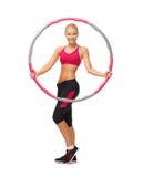 Молодая sporty женщина с обручем hula Стоковое Изображение RF