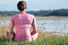 Молодая sporty женщина с розовым sportswear, задним взглядом Стоковая Фотография RF
