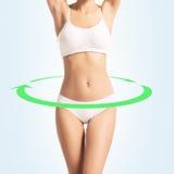 Молодая, sporty, подходящая и красивая девушка на белизне Стоковые Фото