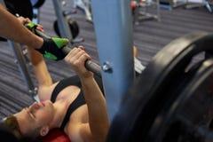 2 молодого человека при штанга изгибая мышцы в спортзале Стоковое фото RF