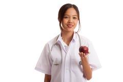 Молодое азиатское женское яблоко выставки доктора Стоковые Изображения RF