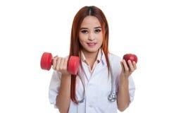 Молодое азиатское женское яблоко и гантель владением доктора Стоковые Изображения