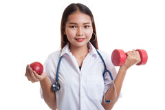 Молодое азиатское женское яблоко и гантель владением доктора Стоковые Фотографии RF