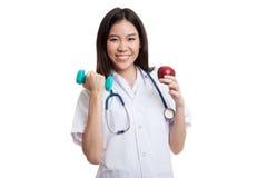 Молодое азиатское женское яблоко и гантель владением доктора Стоковая Фотография RF
