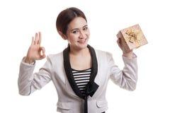 Молодое азиатское О'КЕЙ выставки бизнес-леди с подарочной коробкой Стоковое фото RF