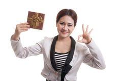 Молодое азиатское О'КЕЙ выставки бизнес-леди с подарочной коробкой Стоковые Фотографии RF