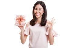 Молодое азиатское О'КЕЙ выставки бизнес-леди с подарочной коробкой Стоковое Фото