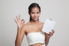 Молодое азиатское О'КЕЙ выставки женщины с книгой Стоковая Фотография