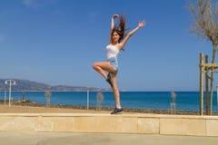 Молодое атлетическое темное с волосами workingout девушки  Стоковое Изображение RF