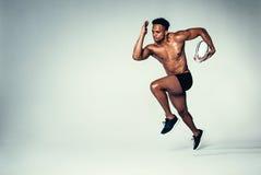 Молодое африканское рэгби тренировки человека Стоковая Фотография RF