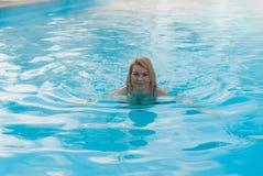 Молодое белокурое заплывание женщины в бассейне outdoors на зиме Стоковые Фото