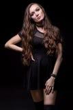 Молодое белокурое платье черноты женщины вкратце Стоковое Изображение