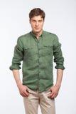 Молодое белокурое современное человека одетое на белизне Стоковое фото RF