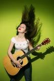Молодое брюнет играя гитару Стоковые Фото