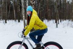 Молодое брюнет на велосипеде спорт стоковое изображение rf