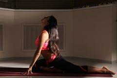 Молодое брюнет на представлении йоги Стоковая Фотография