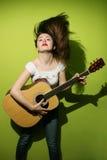 Молодое брюнет одичало играя гитару Стоковое Фото