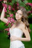 Молодое весеннее время Summertim сада женщины моды весны весной Стоковое Изображение RF