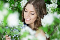Молодое весеннее время Summertim сада женщины моды весны весной Стоковое фото RF