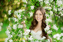 Молодое весеннее время Summertim сада женщины моды весны весной Стоковые Изображения