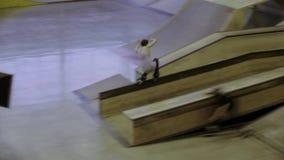 Молодое выскальзывание конькобежца ролика на загородке, делает сальто оператор смелости Конкуренция в skatepark сток-видео