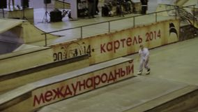 Молодое выскальзывание конькобежца ролика на загородке, пересеченной ноги оператор смелости Конкуренция в skatepark акции видеоматериалы