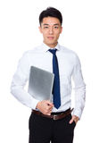 Молодое владение бизнесмена с портативным компьютером Стоковые Фотографии RF