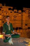 Молодое женское практикуя раздумье йоги в Jaisalmer, Индии Стоковые Фото