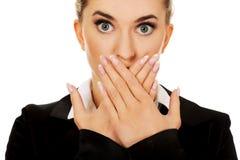 Молодое заволакивание коммерсантки с рукой ее рот зло принципиальной схемы никакое говорит стоковые изображения rf