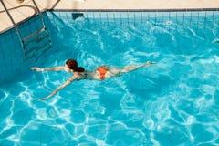 Молодое заплывание женщины redhead стоковая фотография