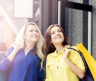2 молодое и усмехаясь женщины быть счастливый после ходить по магазинам Стоковое Изображение