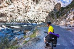 Молодое катание велосипедиста в Гималаях горы Стоковые Изображения RF