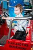 Молодое катание девушки малыша на езде занятности променада Стоковая Фотография