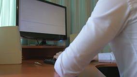 Молодое кодирвоание компьютерного программиста на его столе видеоматериал