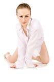 Молодое красивейшее девушка в белый представлять рубашки стоковое изображение rf