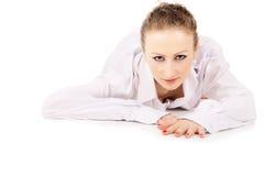 Молодое красивейшее девушка в белый представлять рубашки стоковые изображения