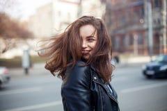 Молодое красивое брюнет идя город кожаная куртка, городской рюкзак, яркие красные губы Стоковые Изображения