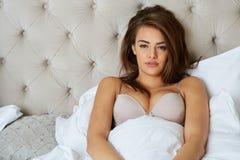Молодое красивое, женщина просыпая вверх Стоковые Фотографии RF