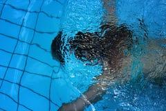 Молодое красивое заплывание девушки под водой в плавательном бассеине с открытым морем Стоковая Фотография RF