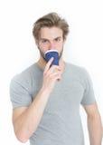 Молодое красивое питье человека от на вынос чашки кофе или чая Стоковое Изображение