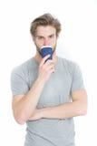 Молодое красивое питье человека от на вынос чашки кофе или чая Стоковая Фотография RF