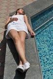 Молодое красивое платье девушки вкратце белое лежит около фонтана Стоковые Фотографии RF