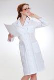 Молодое красивое doctorin в белом пальто medicinska Стоковые Фотографии RF