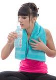 Молодое красивое sporty питье девушки вода, на белизне Стоковое Изображение RF