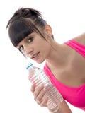 Молодое красивое sporty питье девушки вода, на белизне Стоковые Изображения RF
