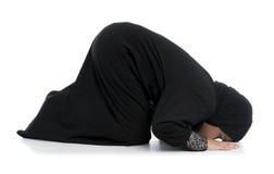 Молодое мусульманское женское моля Sujud Стоковые Изображения