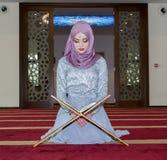Молодое мусульманское koran чтения девушки Стоковое фото RF