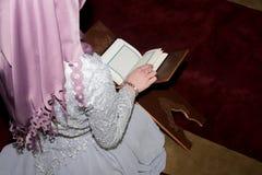 Молодое мусульманское koran чтения девушки Стоковые Фото