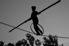 Молодое опасное положение идя, Slacklining мальчика, Funambulism, балансировать веревочки стоковая фотография